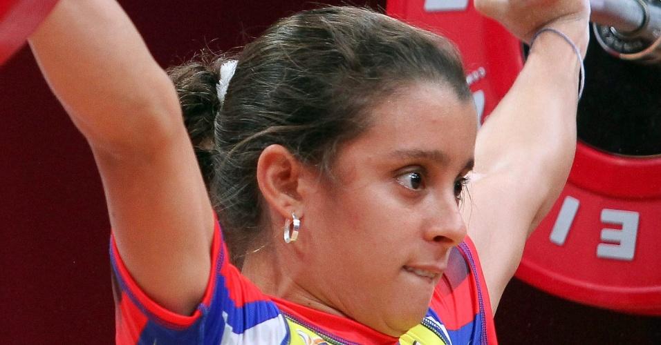 20.out.2013 - Katheryn Mercado Villarreal, da Colômbia, arregala os olhos e morde o lábio inferior enquanto mantém o equilíbrio durante o Mundial de levantamento de peso, disputado em Wroclaw (Polônia)