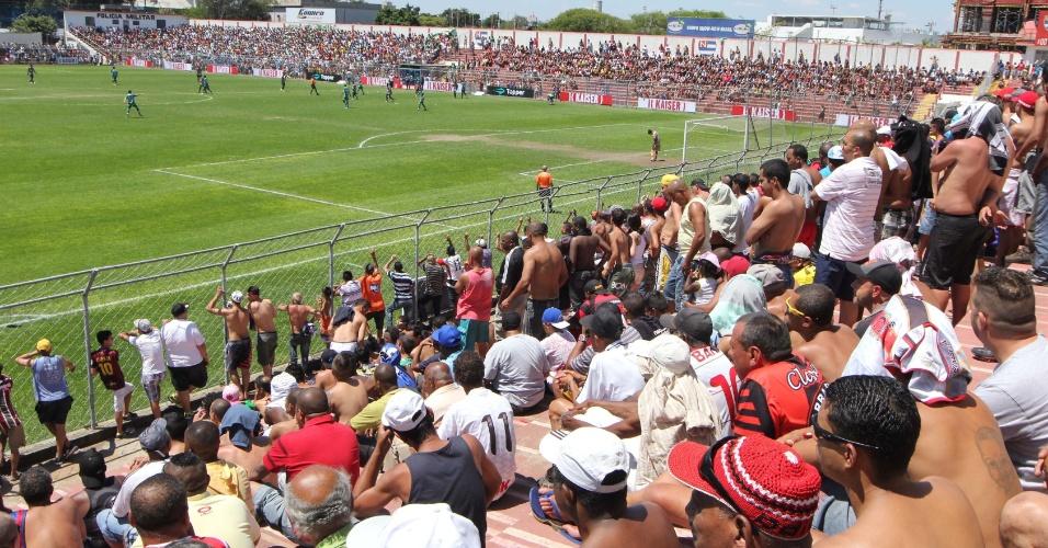 20.out.2013 - Na tarde deste domingo, cerca de dez mil pessoas foram até o estádio do Nacional, da Barra Funda, para acompanhar a final da Copa Kaiser