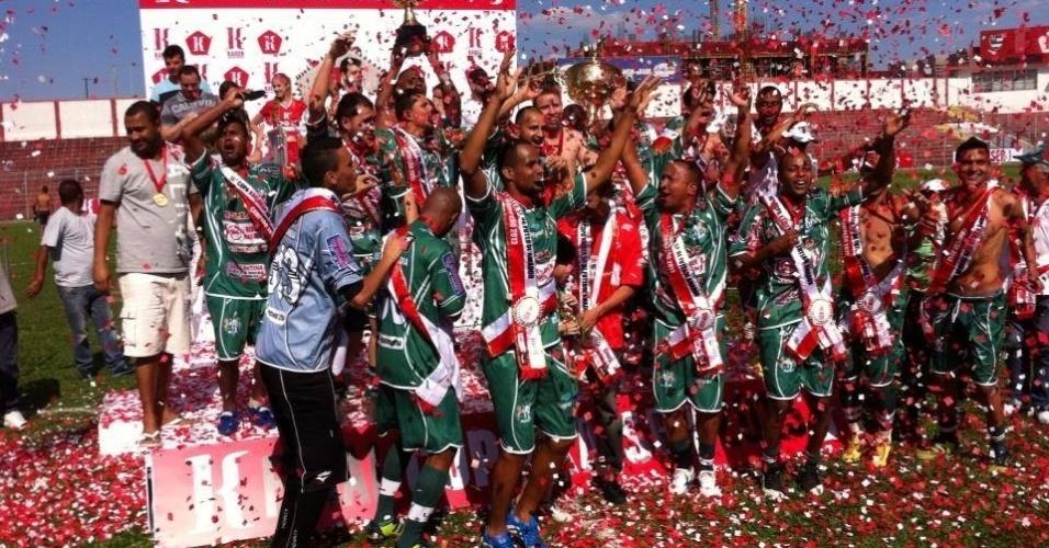 20.out.2013 - O Leões, que ganha a Kaiser pela primeira vez, faz sua comemoração. O time foi campeão metropolitano em 2005