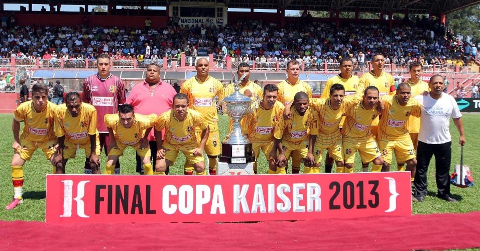 20.out.2013 - O time Santa Cruz se prepara para a final da série B da Copa Kaiser 2013