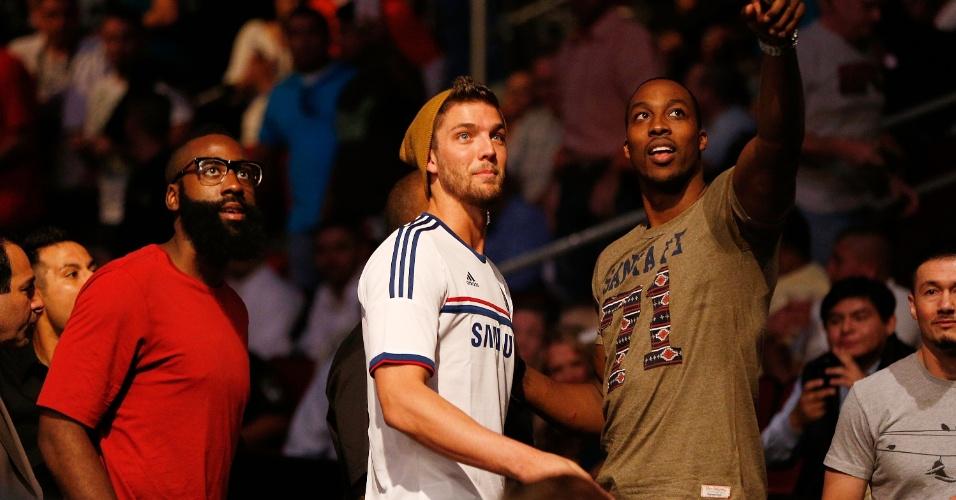 Astros da NBA, James Harden, Chandler Parsons e Dwight Howard acompanham o UFC 166