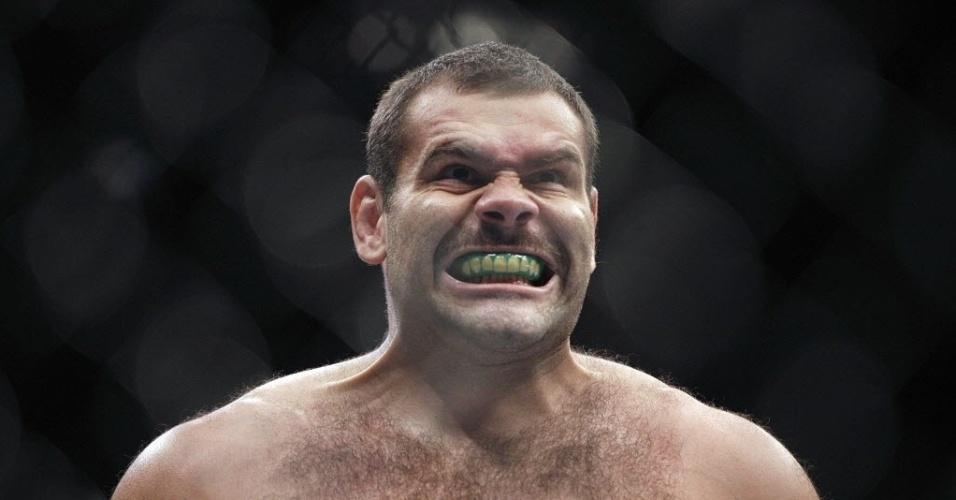 Brasileiro Gabriel Napão comemora vitória contra Shawn Jordan no UFC 166