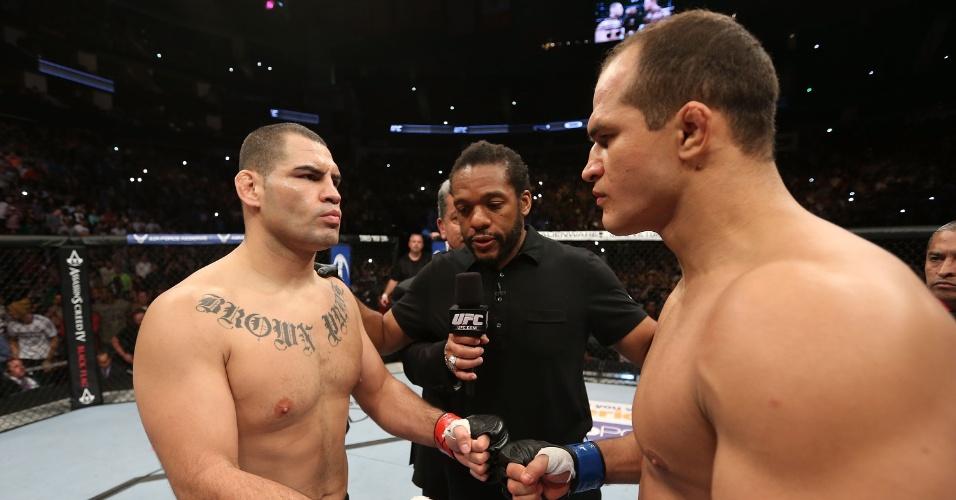 Cain Velásquez e Júnior Cigano se cumprimentam antes da luta pelo cinturão dos pesados do UFC