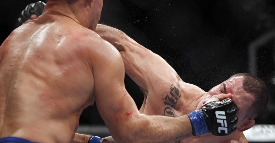 Cain Velasquez recebe soco de Cigano na disputa pelo cinturão dos pesados