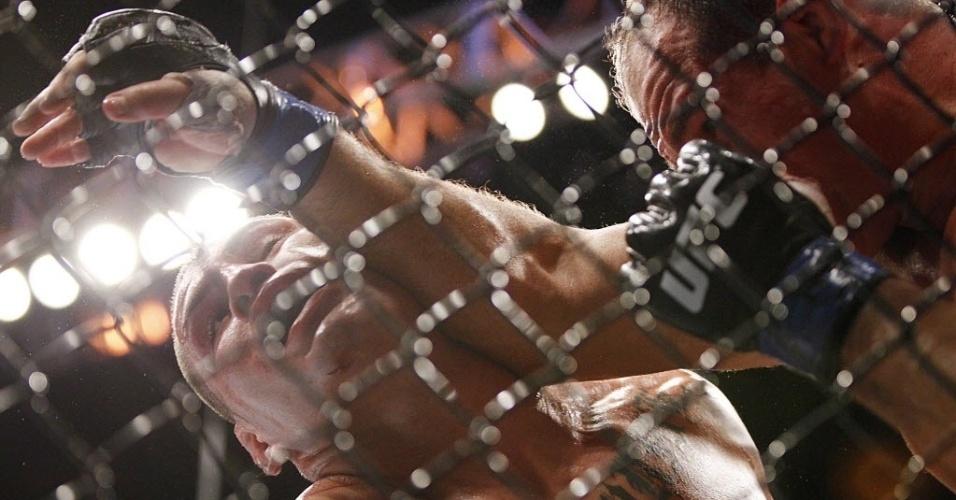 Cigano acerta cotovelado em Velasquez durante luta pelo cinturão dos pesados do UFC