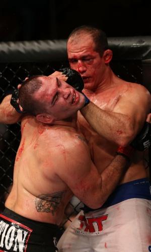 Cigano afasta rosto de Cain Velasquez na luta pelo cinturão dos pesados do UFC