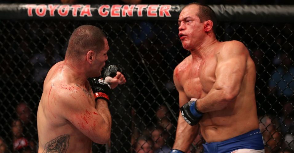 Com rosto machucado, Cigano tenta se proteger de golpe de Velasquez