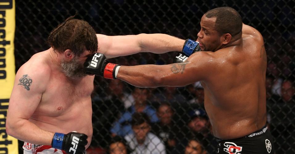 Daniel Cormier acerta soco no rosto de Roy Nelson em luta do UFC 166