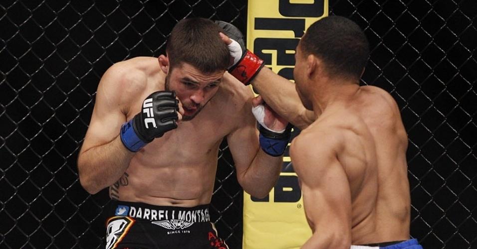 John Dodson acerta soco em Darrell Montague no UFC 166