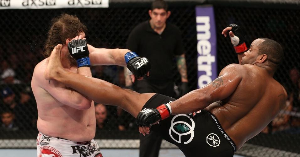Roy Nelson se defende de chute durante a luta contra Daniel Cormier no UFC 166