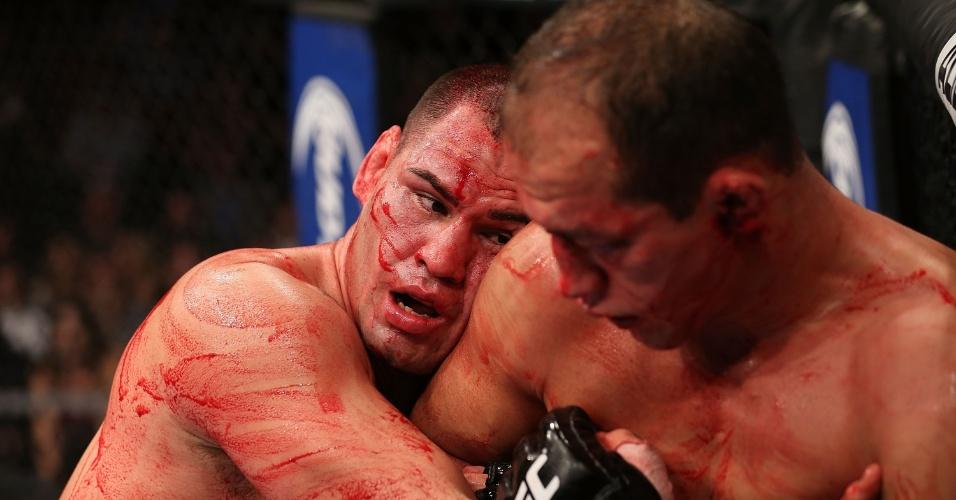 Velasquez prende Cigano durante a luta pelo cinturão dos pesados
