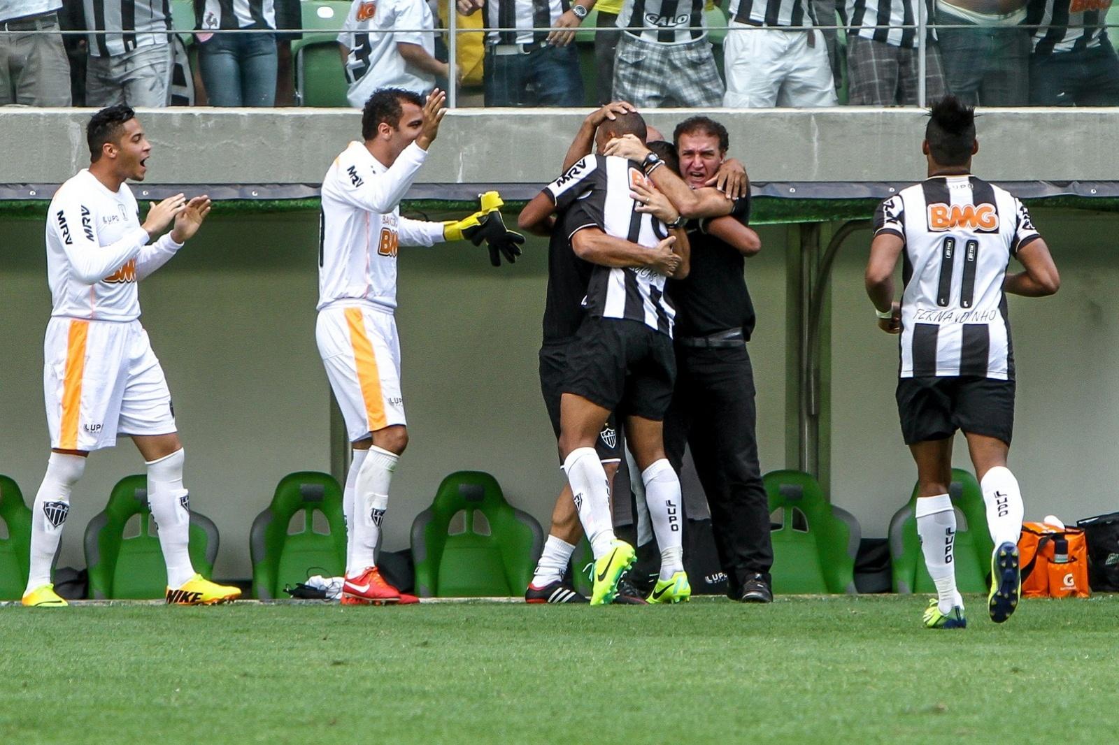 21 outubro 2013 - Cuca abraça Lucas Cândido na comemoração do gol marcado pelo jovem atleta contra o Flamengo