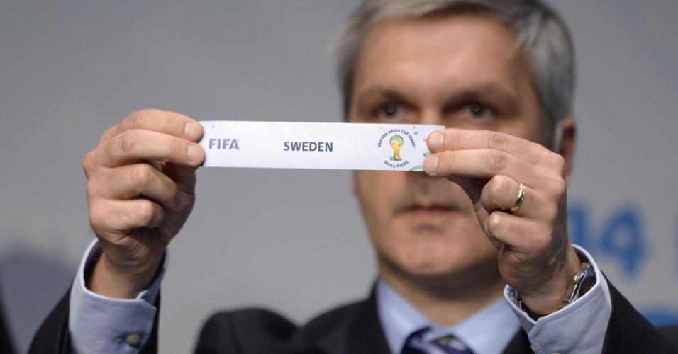 21.10.2013 - Gordon Savic exibe o papel com o nome da Suécia, que foi sorteada para encarar Portugal na repescagem