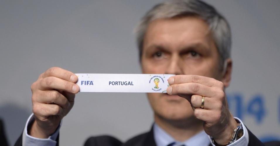 21.10.2013 - Savic tira o papel com o nome de Portugal, que vai enfrentar a Suécia na repescagem