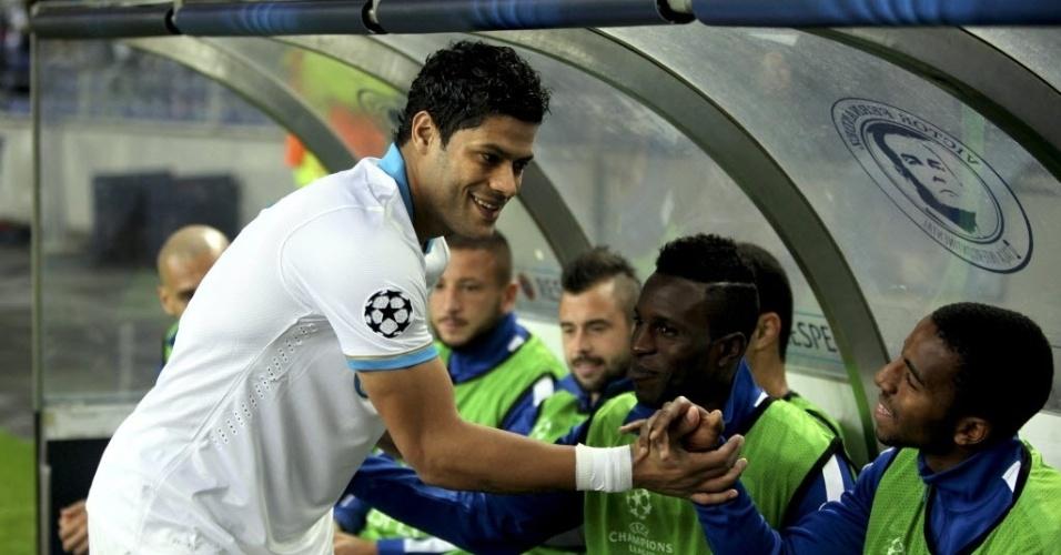 22.out.2013 - Atacante brasileiro Hulk, do Zenit, cumprimenta ex-companheiros de Porto antes de partida pela Liga dos Campeões
