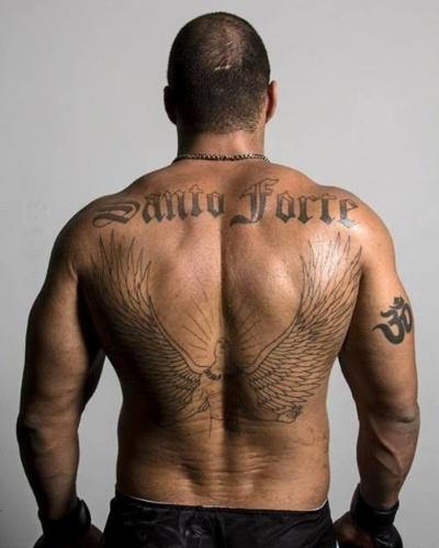 Fernando Santo Forte exibe suas tatuagens. Uma delas tem o apelido em suas costas