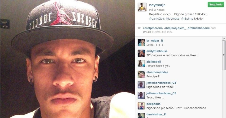 23.out.2013 - Neymar publicou foto com 'bigode grosso' no Instagram e foi comparado a Mano Brown pelos fãs