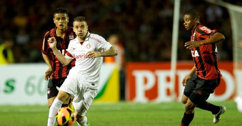 23.10.2013 - D'Alessandro tenta o passe no meio de dois marcadores do Atlético-PR
