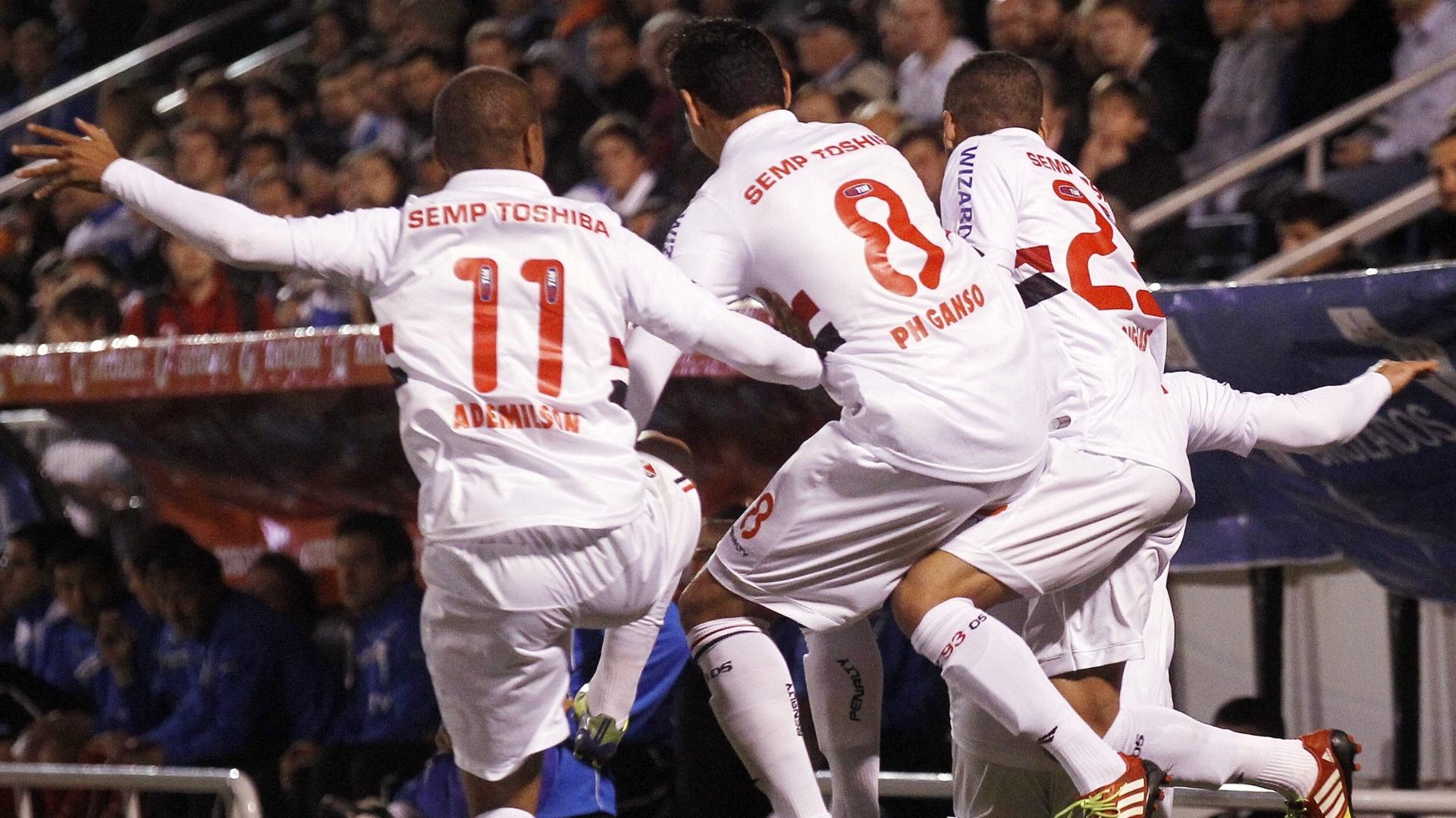 23.out.2013 - Ademilson, Ganso e Douglas se vingam de Aloisio e dão voadora após gol do atacante contra a Universidad Católica