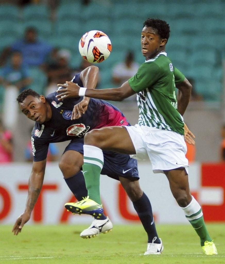 24.10.13 - Obina disputa jogada com Oscar Murillo no duelo entre Bahia e Atlético Nacional pela Copa Sul-Americana
