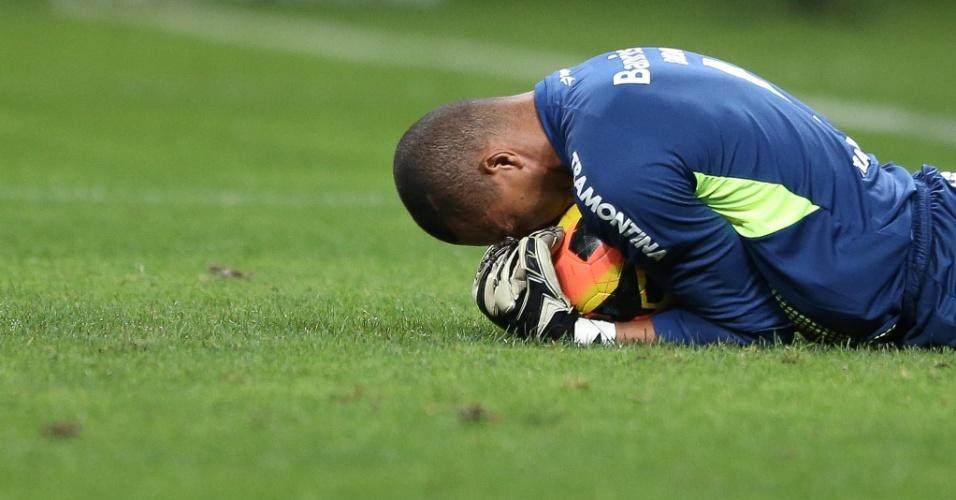 Dida defende pênalti de Pato durante jogo entre Grêmio e Corinthians pela Copa do Brasil