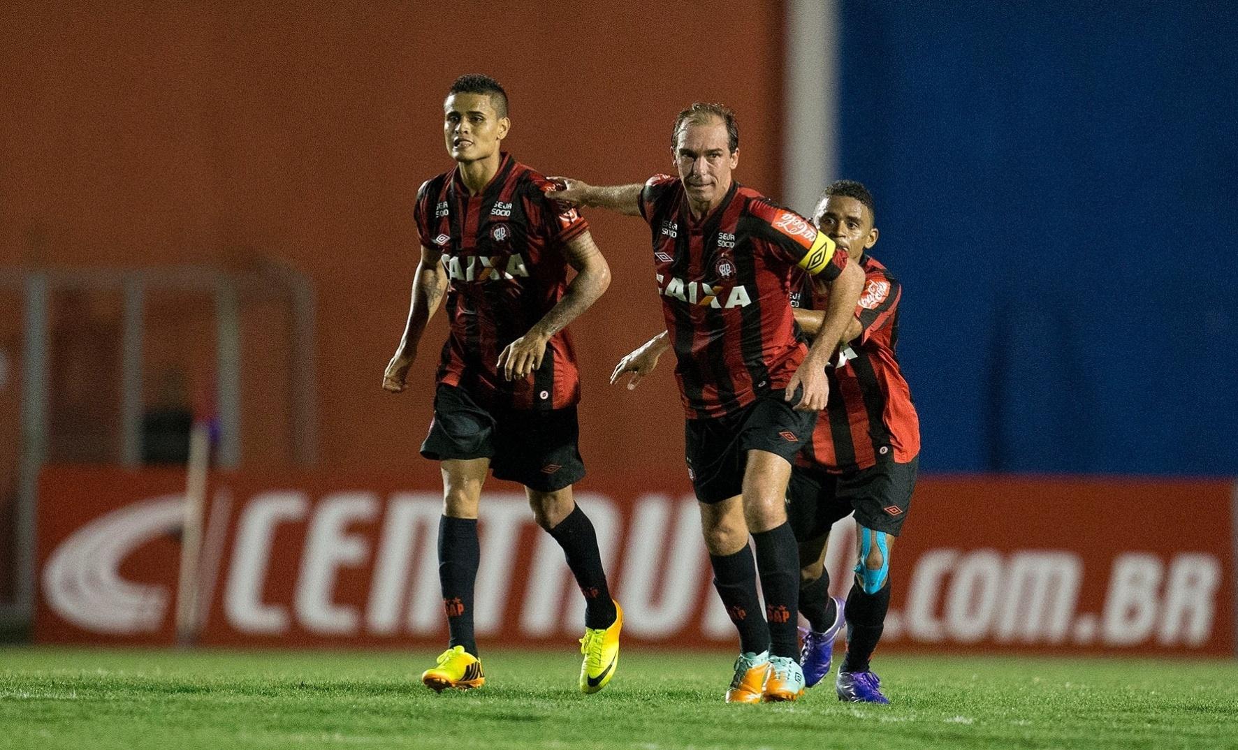 Paulo Baier e companheiros de Atlético-PR comemoram classificação na Copa do Brasil