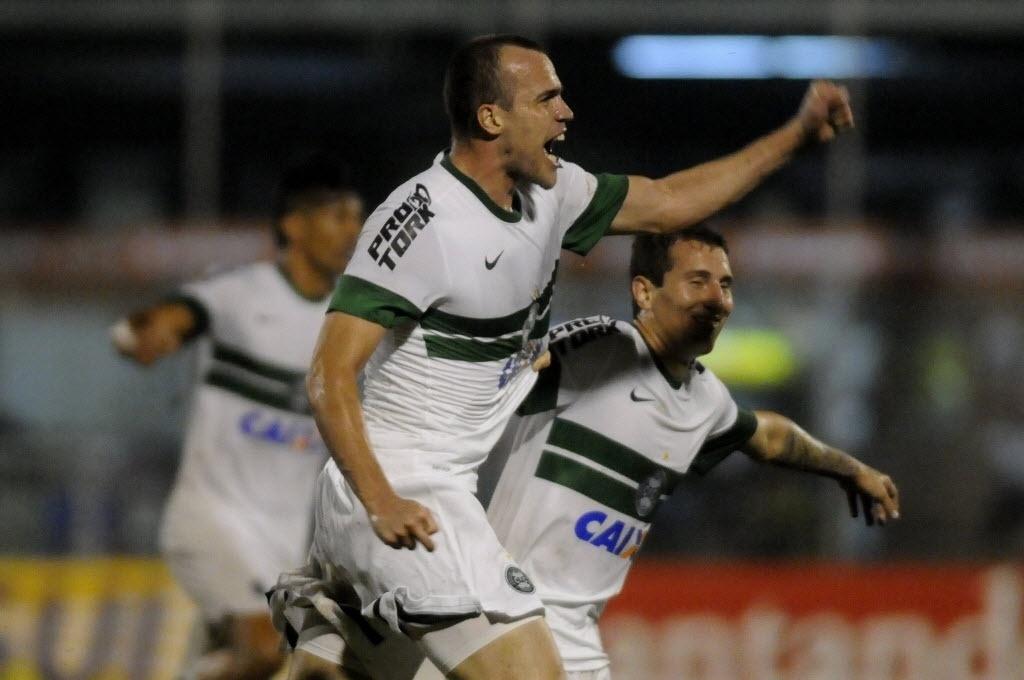 24.10.13 - Chico comemora gol do Coritiba contra o Itagui pela Copa Sul-Americana