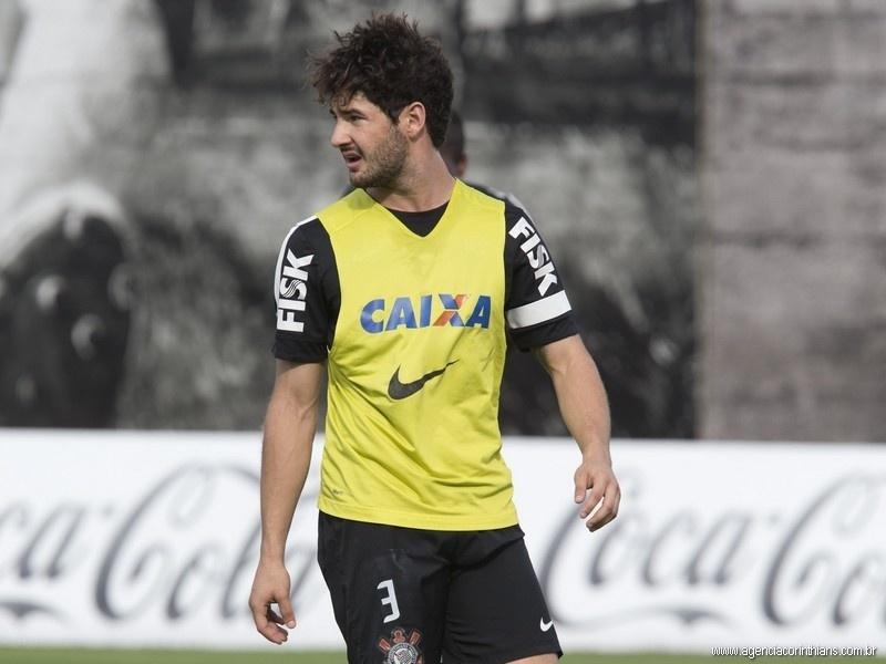 25.10.2013 - Alexandre Pato, atacante do Corinthians, observa os companheiros no primeiro treino após a cavadinha contra o Grêmio
