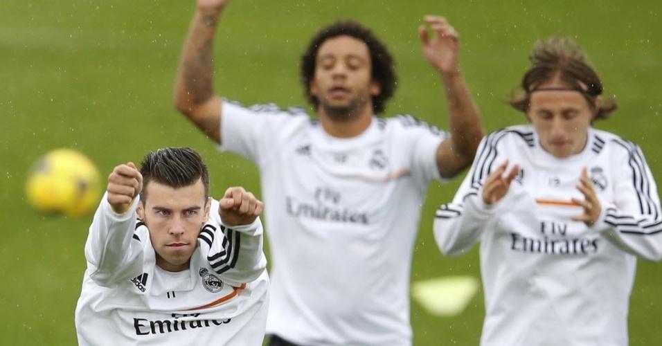 25.out.2013 - Sob garoa, jogadores do Real Madrid realizam aquecimento em último treino antes de clássico contra o Barcelona
