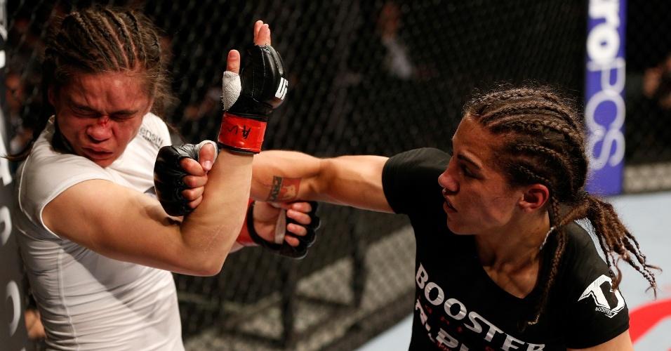 26.10.2013 - Brasileira Jéssica Andrade (de preto) acerta soco no rosto da inglesa Rosi Sexton