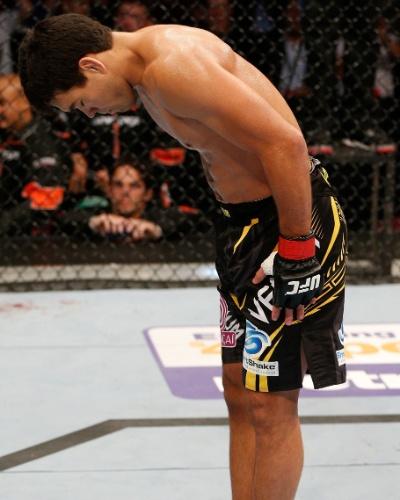 26.10.2013 - Carateca, Lyoto Machida se curva e cumprimenta Mark Muñoz após nocaute sobre o americano