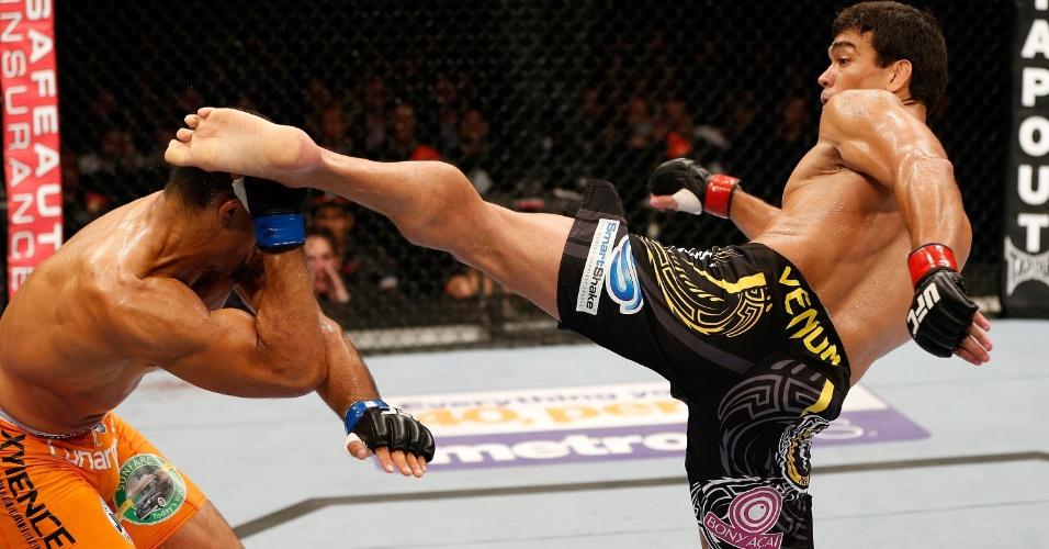 26.10.2013 - Lyoto Machida acerta um chute espetacular na cabeça de Mark Muñoz e nocauteia o americano no primeiro round