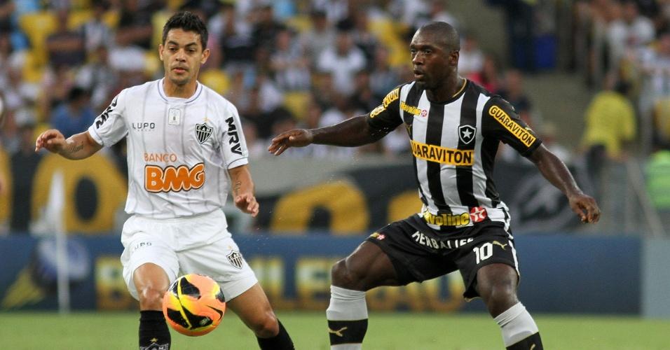 Josué e Seedorf brigam pela bola durante partida entre Atlético-MG e Botafogo (26.out.2013)