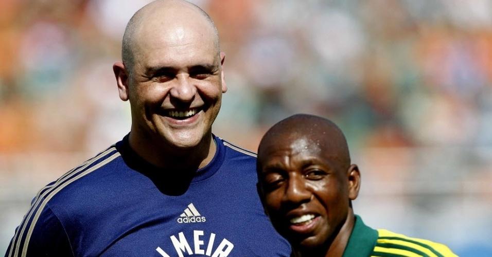 26.out.2013 - Marcos posa ao lado de Amaral durante homenagem aos ex-jogadores do Palmeiras antes da partida da Série B contra o São Caetano