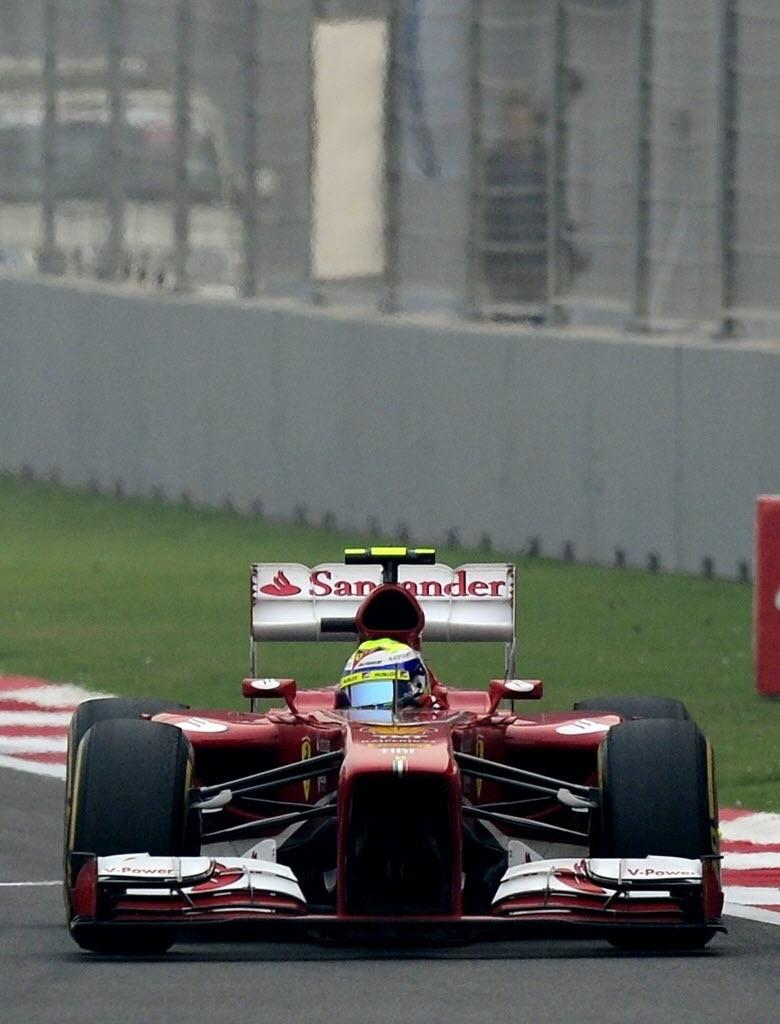 27.out.2013 - 27.out.2013 - Felipe Massa conduz sua Ferrari no início do GP da Índia