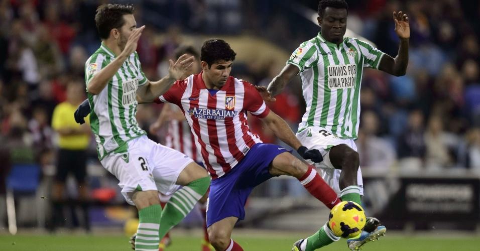27.out.2013 - Diego Costa (centro) domina bola em partida do Atlético de Madri contra o Betis pelo Campeonato Espanhol