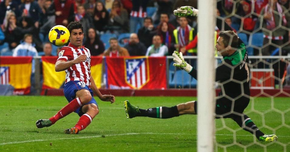 27.out.2013 - Diego Costa marca um dos cinco gols da vitória do Atlético de Madri contra o Betis