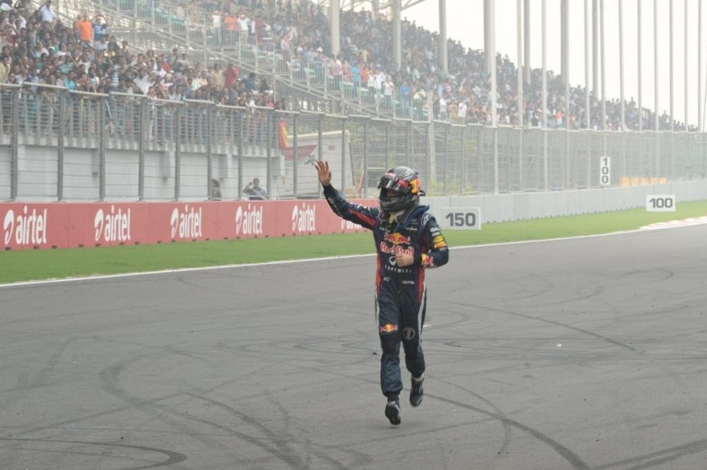 27.out.2013 - Sebastian Vettel corre pelo autódromo de Buddh após vencer o GP da Índia e se tornar tetra da F-1