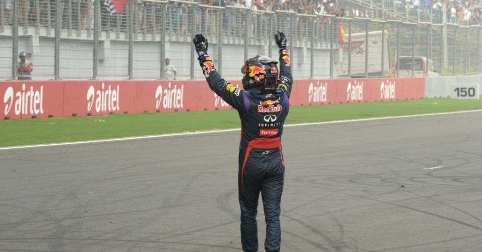 27.out.2013 - Sebastian Vettel cumprimenta a torcida no autódromo de Buddh após vencer o GP da Índia e se tornar tetra da F-1