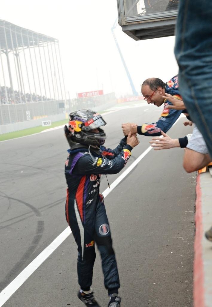 27.out.2013 - Sebastian Vettel cumprimenta membros da Red Bull após conquistar o tetra da F-1