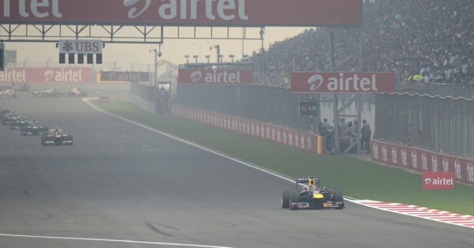 27.out.2013 - Sebastian Vettel largou na pole position, parou na terceira volta e fez corrida de recuperação no início do Grande Prêmio da Índia