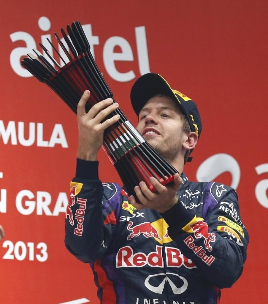 27.out.2013 - Sebastian Vettel levanta o troféu do GP da Índia, que garantiu ao piloto o tetracampeonato da F-1