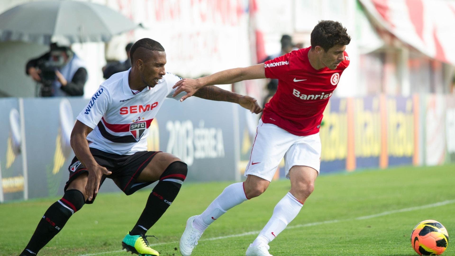 Alex (dir.) disputa a bola com Paulo Miranda na partida entre Inter e São Paulo (27.out.2013)