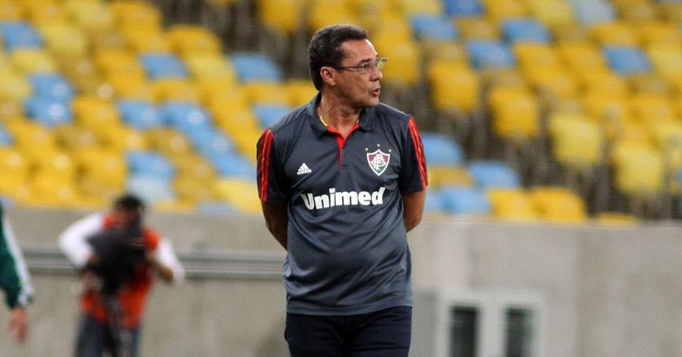 Luxemburgo observa andamento da partida entre Fluminense e Vitória (27.out.2013)
