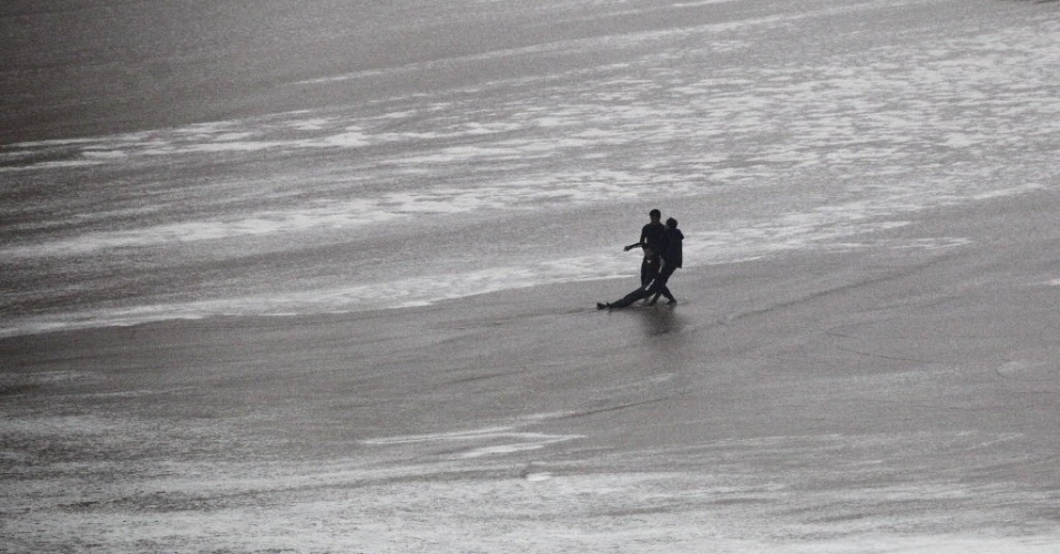 28.out.2013 - Maya Gabeira é resgatada após queda em onda gigante em Portugal; ela teve que ser reanimada