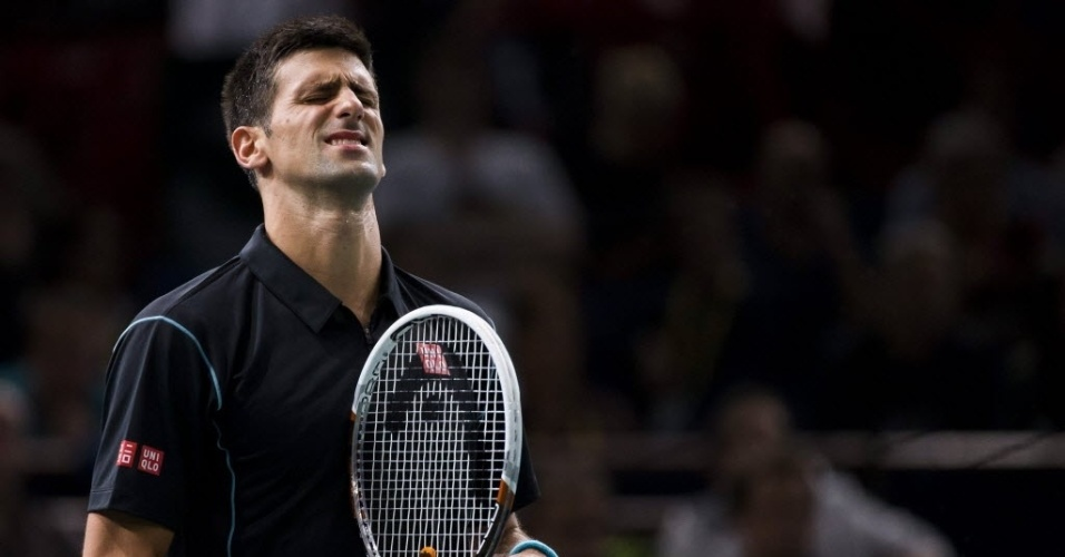 29.out.2013 - Djokovic lamenta erro durante jogo contra o francês Pierre-Hugues Herbert pelo Masters 1000 de Paris
