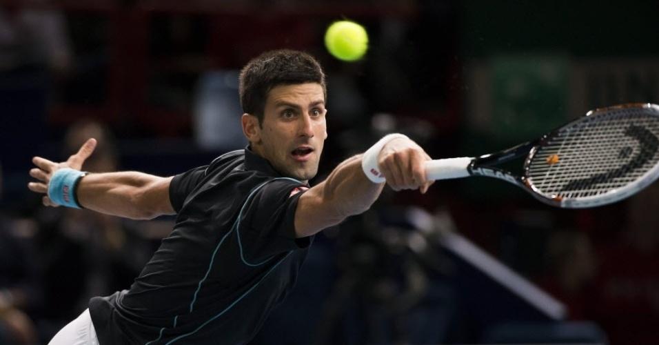 29.out.2013 - Djokovic se estica para rebater bola de Pierre-Hugues Herbert em partida do do Masters 1000 de Paris