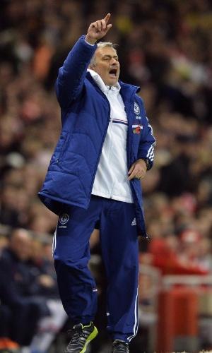 29.out.2013 - José Mourinho orienta o Chelsea no duelo contra o Arsenal, pela Copa da Liga Inglesa