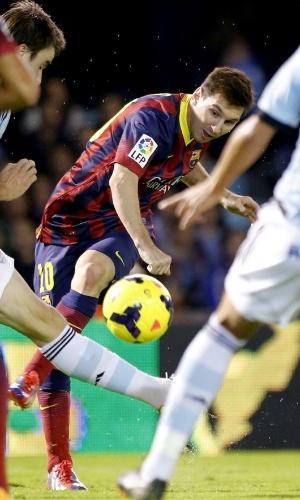 29.out.2013 - Messi, do Barcelona, tenta finalização no meio da marcação do Celta de Vigo, pelo Campeonato Espanhol