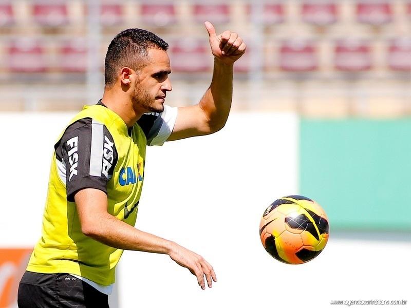 Renato Augusto, meia do Corinthians, treina com os companheiros na Arena Fonte Luminosa, em Araraquara